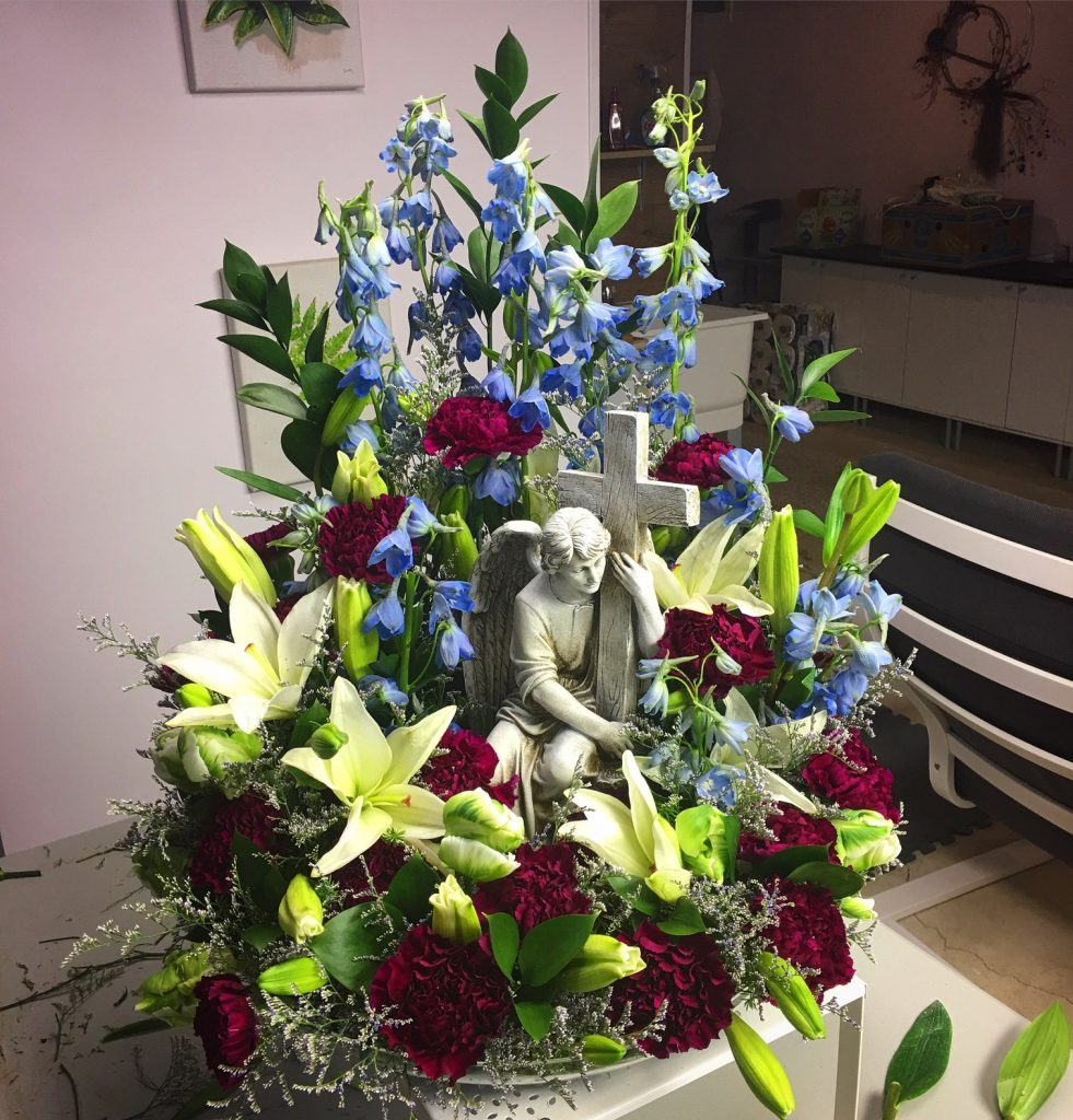 Funeral piece with angel statues